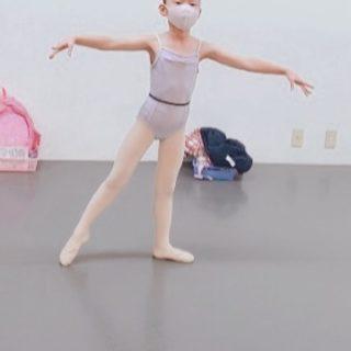 小学1年生 バットマンタンジュ 軸足に乗るのは難しいけれど バーのないセンターレッスンも 少しずつ良くなっていますよ #船堀バレエ教室 #クラシックバレエ教室 #子供の習い事 #マスク着用 #基礎は大切  #江戸川区バレエ教室 #バレエシューズ #レオタード #子供の頃