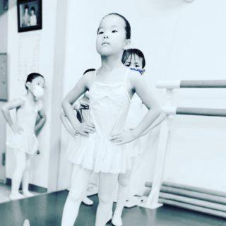 レッスンの前はおしゃべり女子達ですが、レッスンが始まると切り替えスイッチが入り、いつも真面目な女子達! そんなに真顔でスキップしないでよね〜笑 #荒井文恵バレエ教室 #船堀バレエ教室 #江戸川区バレエ教室 #子供の習い事 #子供のストレス #子供の悩み #子供の運動不足 #子育て悩む #バレエシューズ #お受験 #子供の将来 #子供の成長 #幼稚園 #保育園